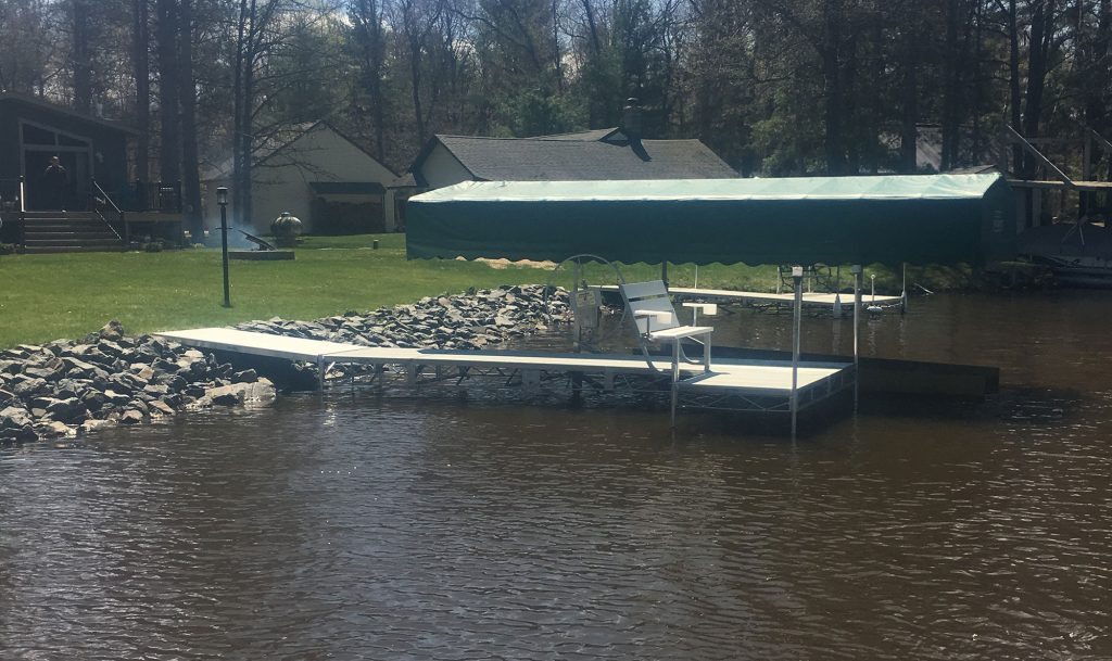 Hewitt roll a dock with white aluminum decking and a 4-foot bench with armrests & Hewitt boat lift